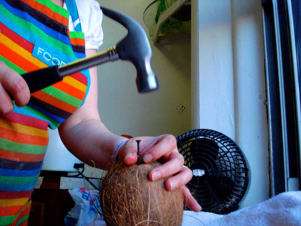 Kladivom rozbíjame orech