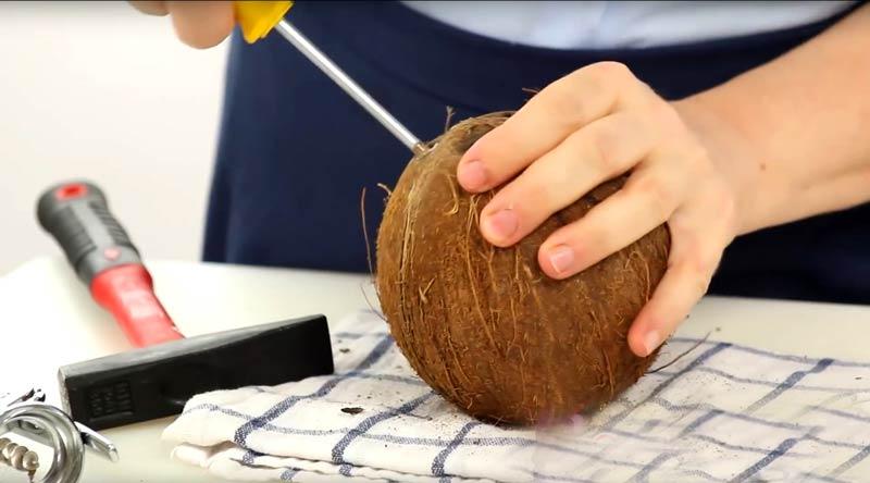 otvorenie-kokosa Ako otvoriť kokos: 5 rýchlych krokov