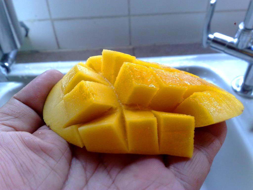 Krájanie-manga-na-kocky Ako jesť mango? 3+ spôsoby ako ho ošúpať