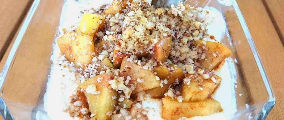 Tvarohový dezert s pečenými jablkami a škoricou