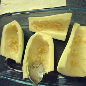 Zapekaná cuketa so syrom - potieranie cesnakom
